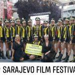 Umjetnici iz Travnika, Mostara i Sarajeva u uličnoj paradi povodom otvorenja SFF-a