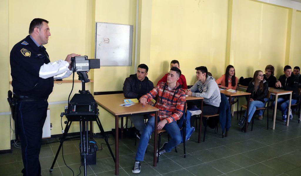 Profesori i studenti Saobraćajnog fakulteta Travnik educirali mlade o opasnostima u saobraćaju