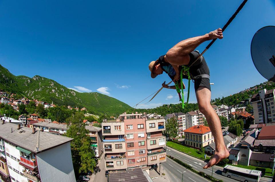 """""""Slackline"""" majstori iz Njemačke  hodali na elastičnoj traci na 25 metara visine u Travniku"""