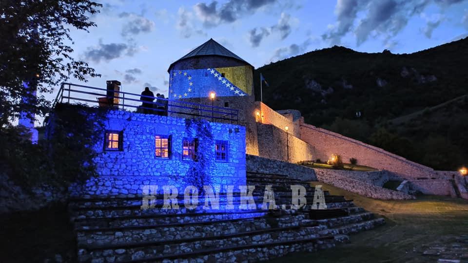 Simbol Travnika večeras u bojama Evropske Unije i Bosne i Hercegovine